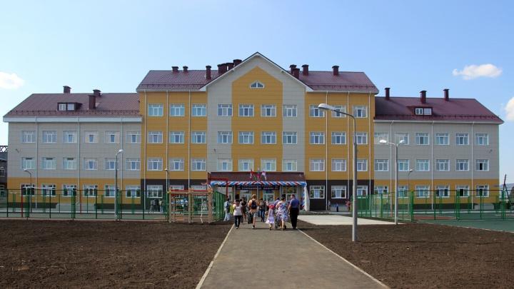 Омичи пожаловались на сбор денег для ремонта школы, построенной два года назад