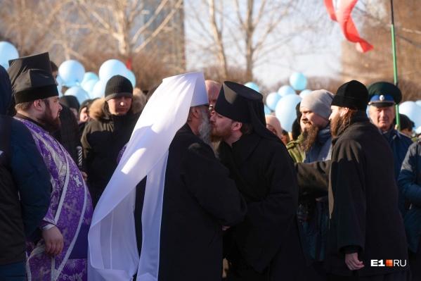 В епархии апеллируют к цифрам: на крестный ход и молебен приходили тысячи человек, и всем им нужен храм