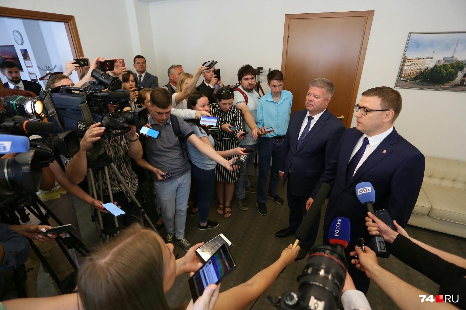 Алексей Текслер (справа) на подходе к прессе объяснил, что отставка главы города была его инициативой
