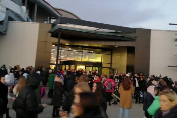 Здание самостоятельно покинули сотни человек