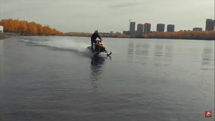 Красноярец прокатился по водной глади Абаканской протоки на снегоходе