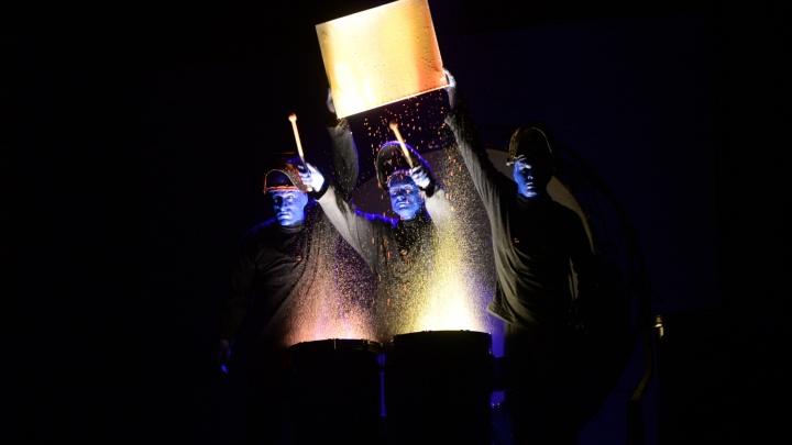 Сыграли на трубах ПВХ, желе и зефирках: легендарная Blue Man Group устроила шоу в ДИВСе