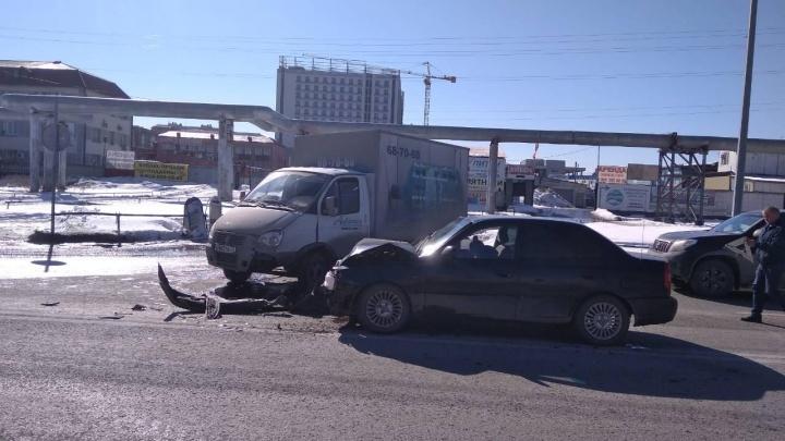 В аварии на Мельникайте пострадали два человека из иномарки. В их машину врезалась «Газель»