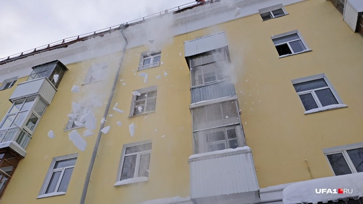 В Уфе на 10-летнюю девочку упал снег с козырька жилого дома