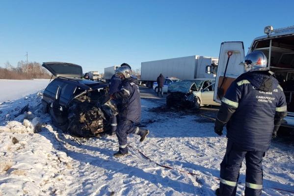 Водителя и пассажиров извлекали из авто с помощью специальных инструментов