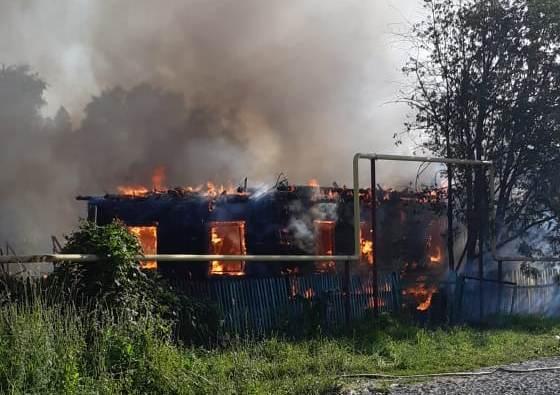 Двух человек вытащили из горящего дома в Новосибирске