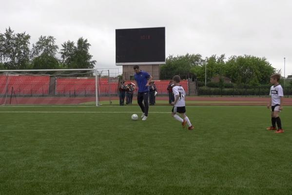 На поле сыграли юные футболисты и пожарный