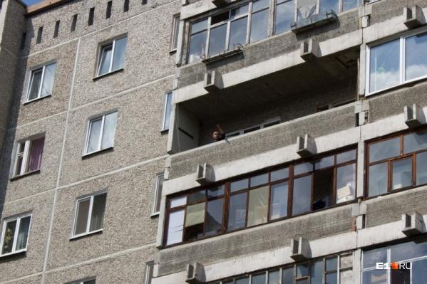 Мужчина выбросил собаку с балкона 5-го этажа