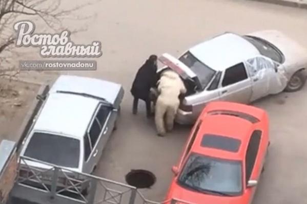 Преступники погрузили люк в машину за пару минут
