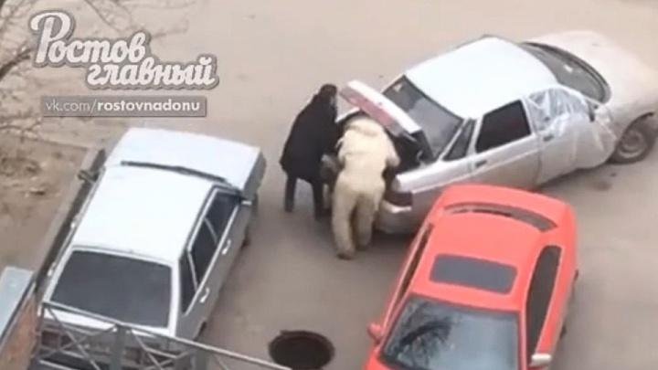Жители Ростова сняли на видео кражу канализационных люков
