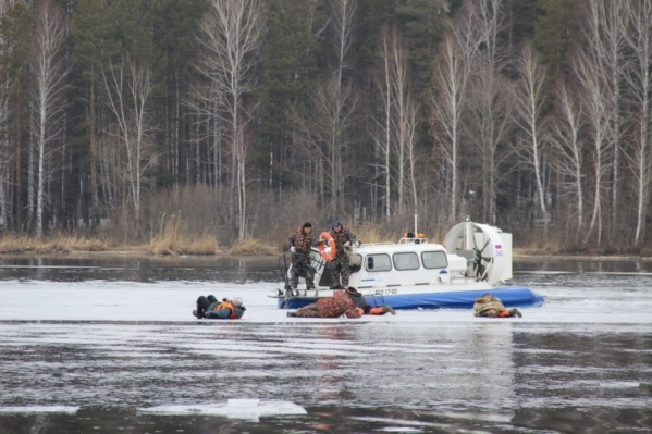 Недавно спасатели проводили учения по эвакуации рыбаков с Белоярского водохранилища