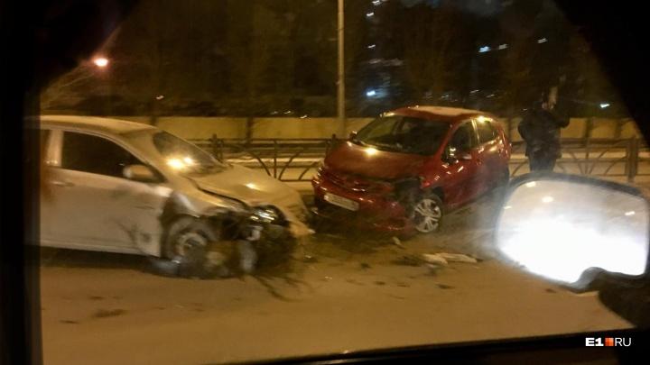 Пошла в занос: в Екатеринбурге Toyota снесла ограждение, после чего в нее врезалась другая машина