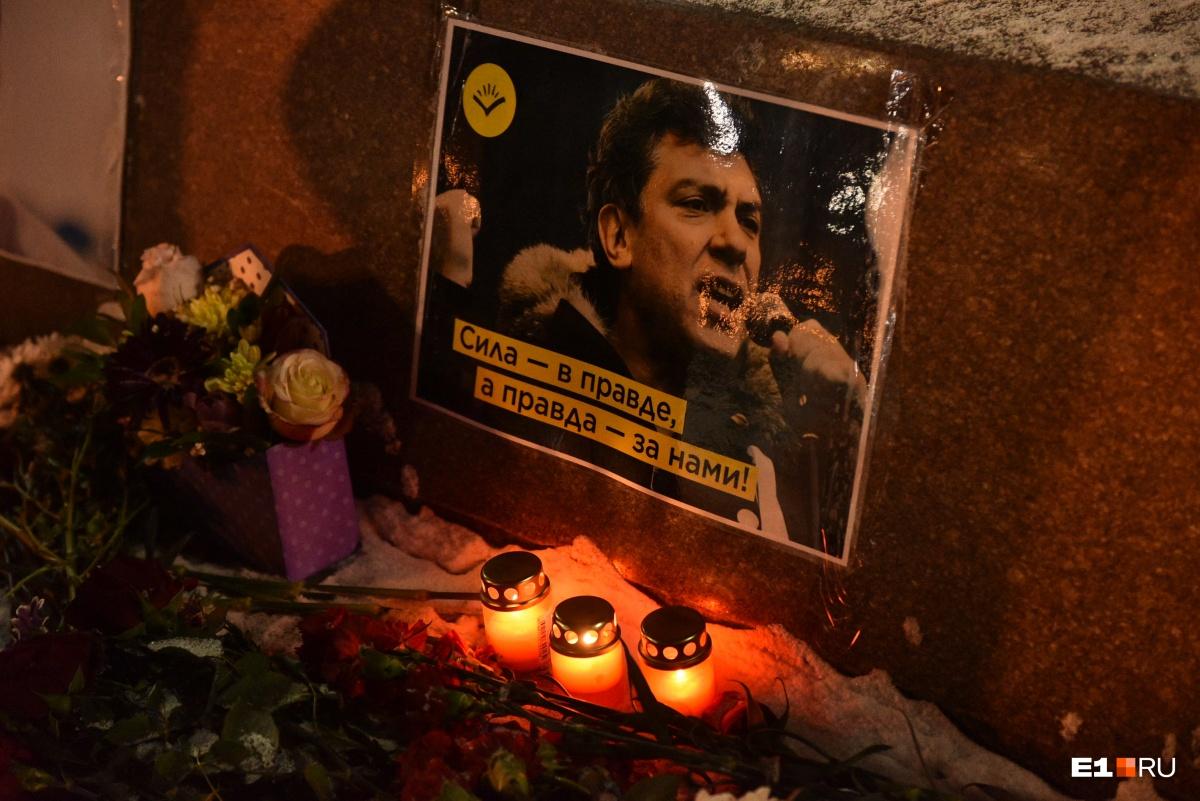 Цветы и свечи к мемориалу несли не только екатеринбуржцы, но и жители других городов, которые специально приехали в уральскую столицу