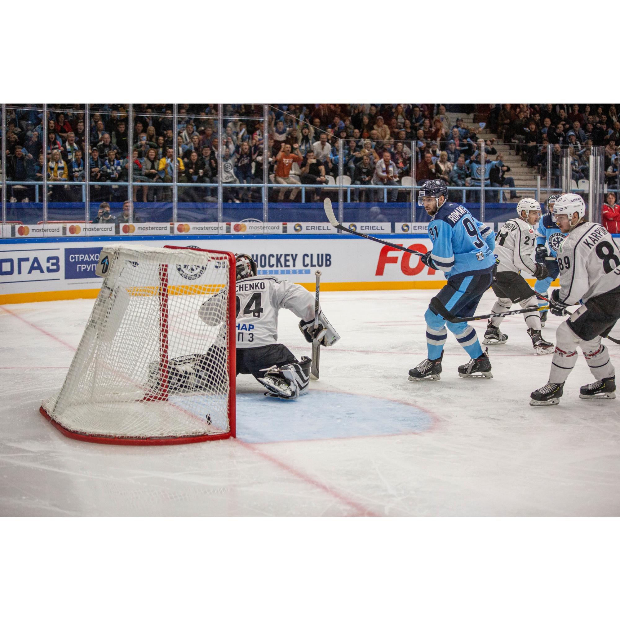 Новосибирская команда забила первую шайбу в ворота соперников