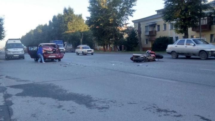 «Рено» развернулся на Титова и столкнулся с мотоциклом: один человек попал в больницу
