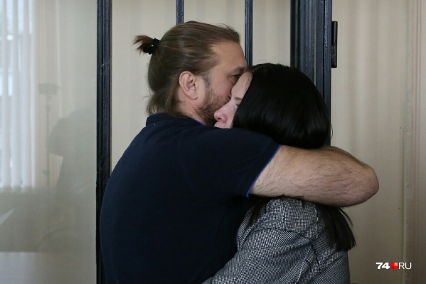 По оглашении приговора Николаю Сандакову дали тепло попрощаться с женой Ириной