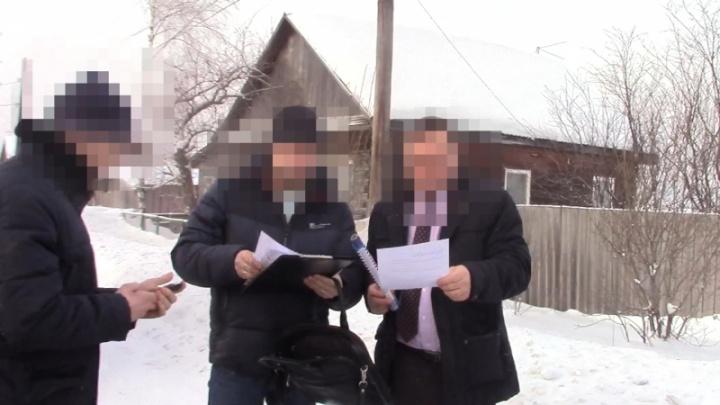 В Козульке чиновника поймали на взятке. При задержании он выкинул деньги в сугроб