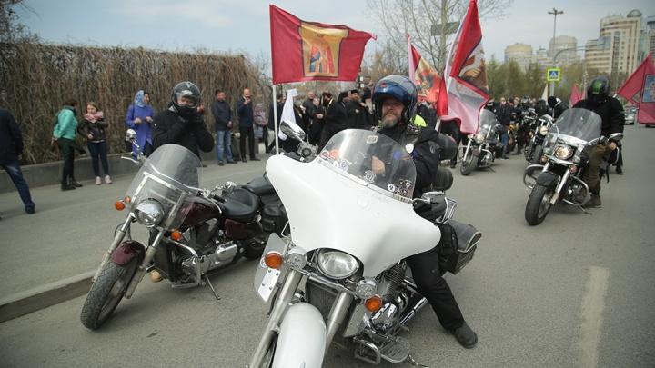 С ветерком и флагами святых: в Екатеринбурге состоялся байкерский «крестный ход»