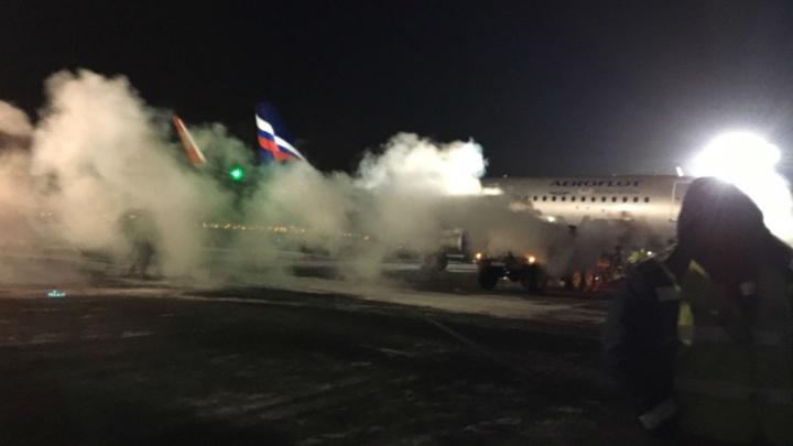 В омском аэропорту замёрз багажный отсек самолёта