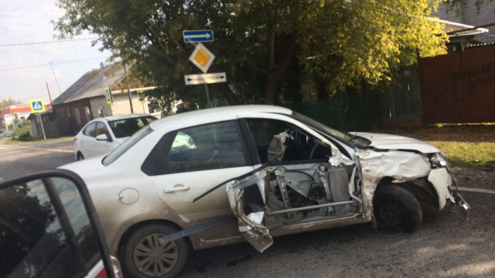 Половины машины нет: в Тюмени иномарка врезалась в газовое ограждение