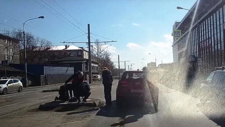 В Сети появилось видео с моментом наезда на перебегавшую дорогу омичку