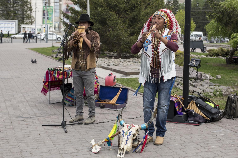 Эквадорских индейцев можно встретить летом в центральных скверах и парках