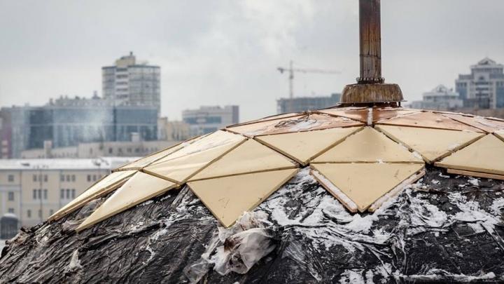 Позолотили купол: плавучий дом на Городском пруду поменял цвет