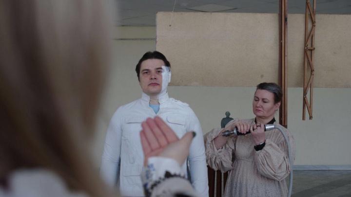 «Понадобилась даже зубная паста»: в Каменске-Уральском «оживили» фотографию скульптора Веры Мухиной
