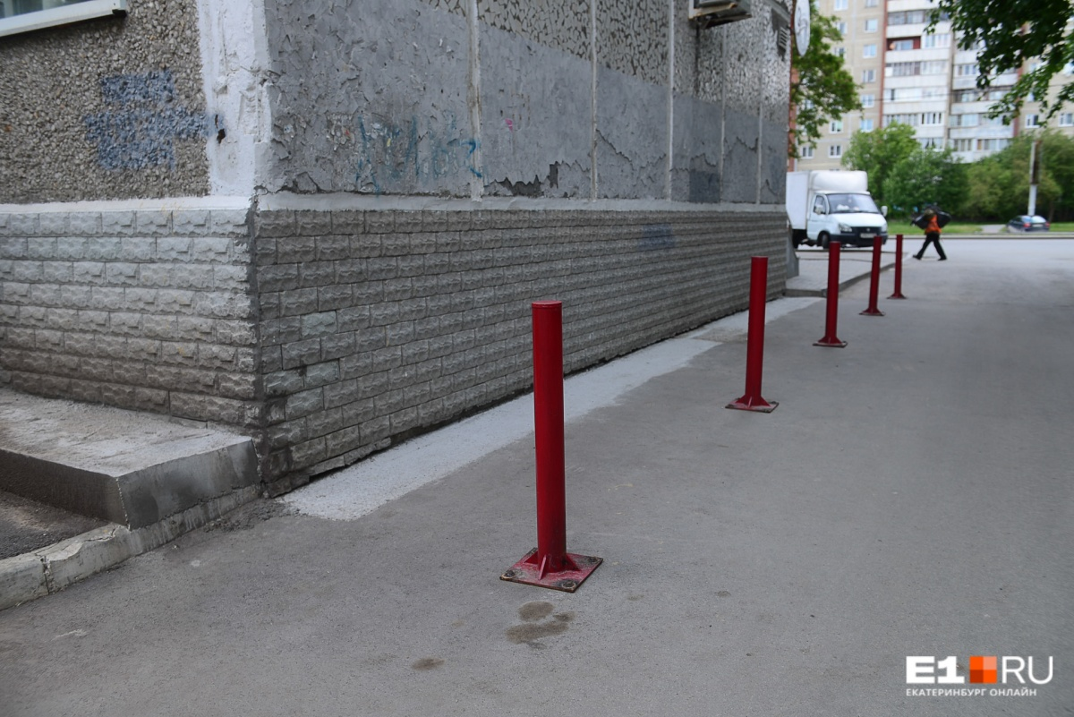 Столбики поставили для того, чтобы жители соседнего дома не парковали автомобили вплотную к фундаменту