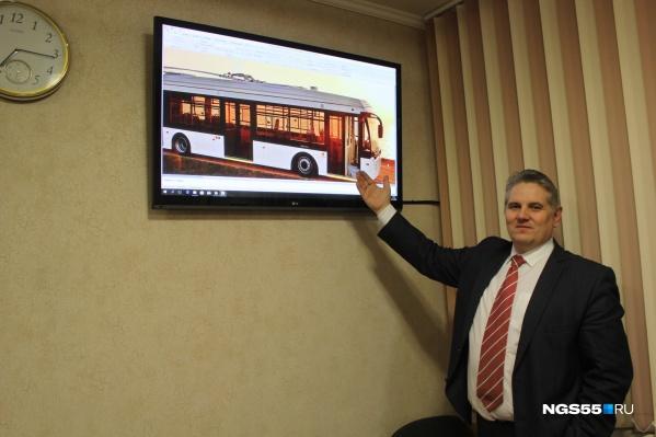 Директор департамента транспорта демонстрирует новый электробус