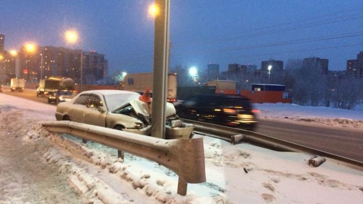 Toyota влетела в столб на Ипподромской: водитель попал в больницу