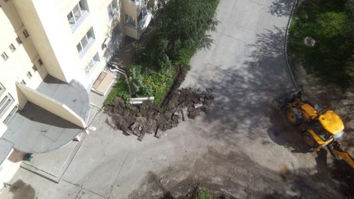 Рабочие сломали ровные поребрики и тротуары на Горском