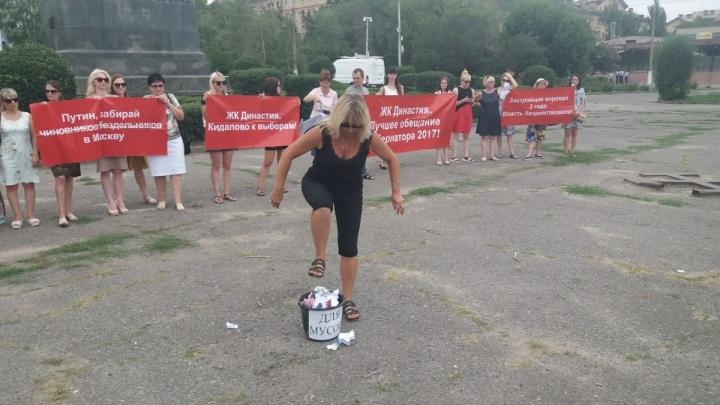 «Будем писать в резиденцию Путина»: дольщики ЖК «Династия» в Волгограде выстроили картонный дом