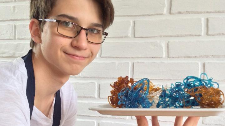 Мини-бизнес от девятиклассника из Тюмени: 14-летний Петр зарабатывает на тортах и капкейках