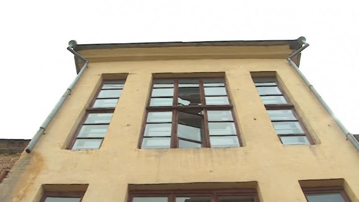 Заброшенная школа в Уфе стала пристанищем для наркоманов и бомжей