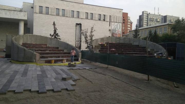 Площадку возле гостиниц и театра оперы освободили от высокого забора: смотрим, что построили