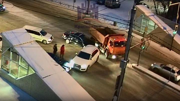 Видео: две аварии на Свободном заблокировали движение на трех улицах