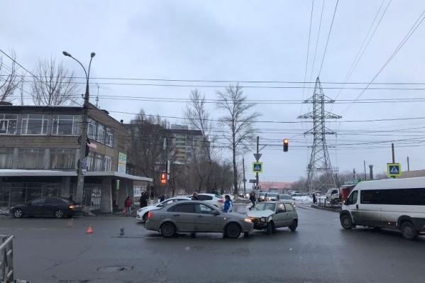 Водители не поделили дорогу прямо на повороте с Антонова-Овсеенко на Карбышева в сторону ТЦ «Космопорт»