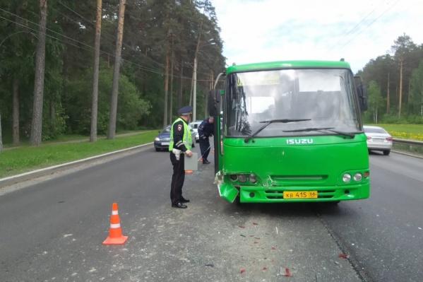 Автобус получил повреждения