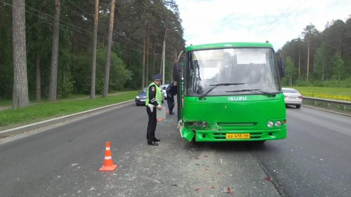 На Амундсена автобус врезался в легковушку, пострадали две пассажирки