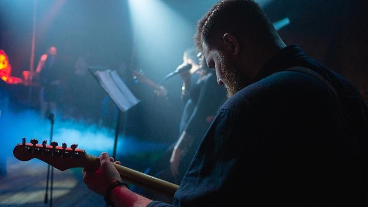 В Академгородке учителя, медики и менеджеры исполнили музыкальные хиты под живую музыку