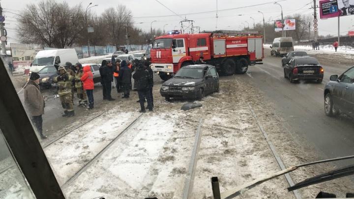 Трамваи встали из-за ДТП на путях возле Кировского рынка