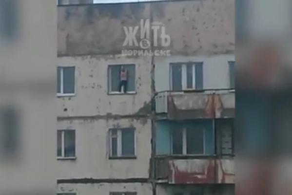 Мальчику, который вылез из окна, всего 6 лет
