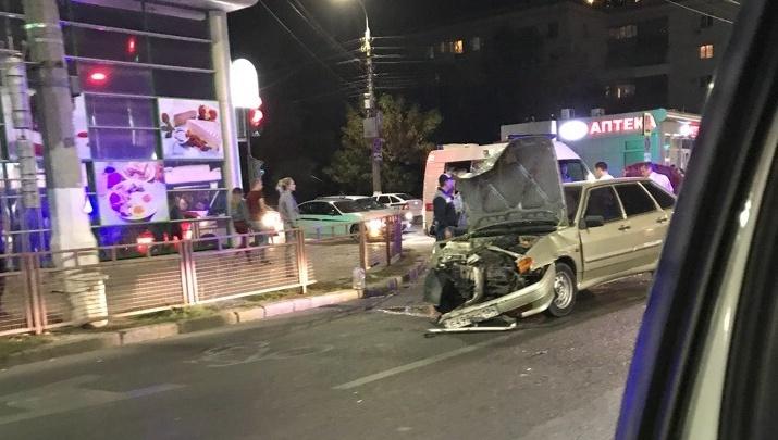 «Скорая ехала долго»: в центре Волгограда на скорости столкнулись две машины