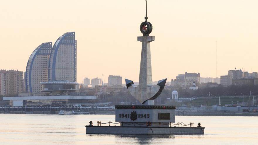 Красоту плавучего памятника речникам Волжской флотилии фотограф показал с исчезающего ракурса