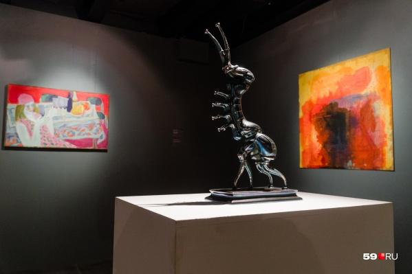 На выставке представлено несколько фантастических скульптур Алексея Залазаева. Они похожи на гостей из космоса