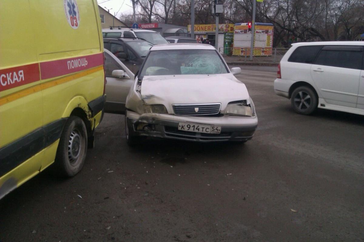 ВНовосибирске иностранная машина врезалась в«Скорую помощь»