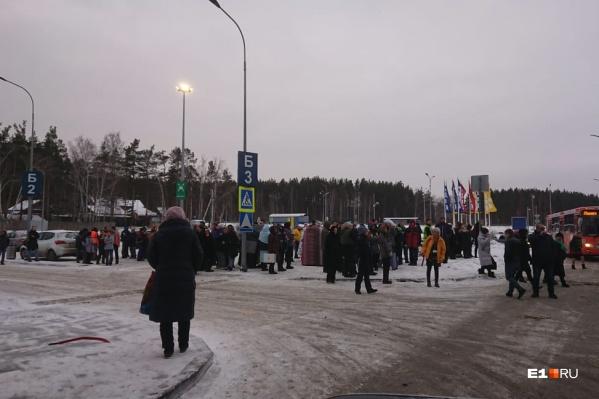 Покупатели и продавцы скопились на парковке