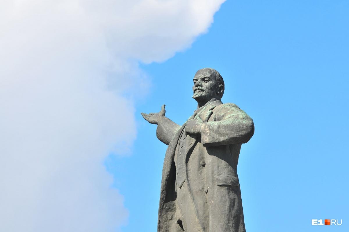 В 2019 году памятник Ленину будут реконструировать, но  саму скульптуру с постамента пообещали не снимать