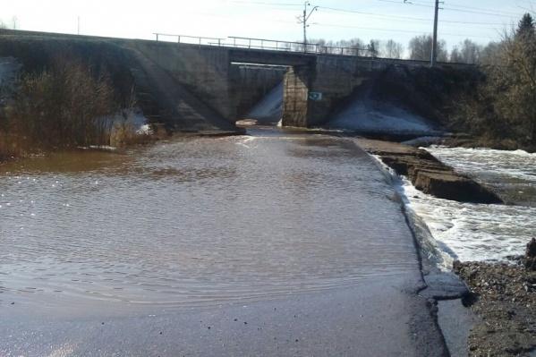 Автомобилисты не могут проехать под ж/д путями из-за бурного потока воды